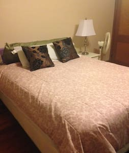 Large room with queen size bed - Reading - Talo