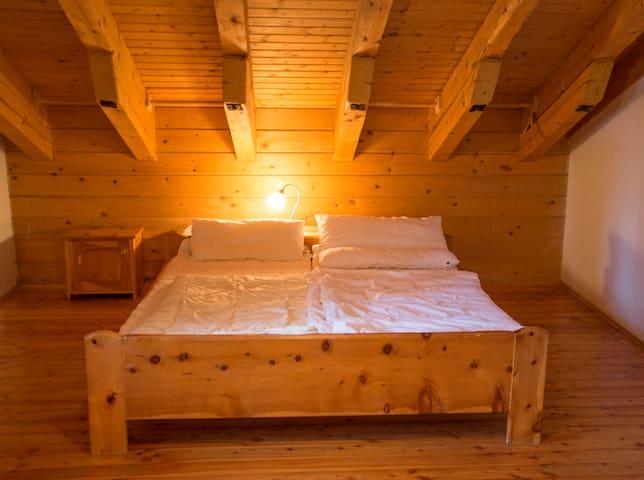 Schlafzimmer 2 mit Doppelbett und 2 Einzelbetten