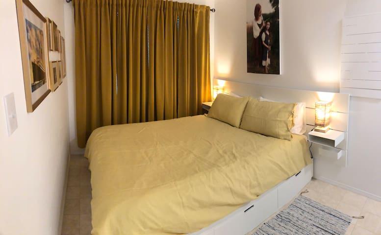 Yellow bedroom (queen bed)
