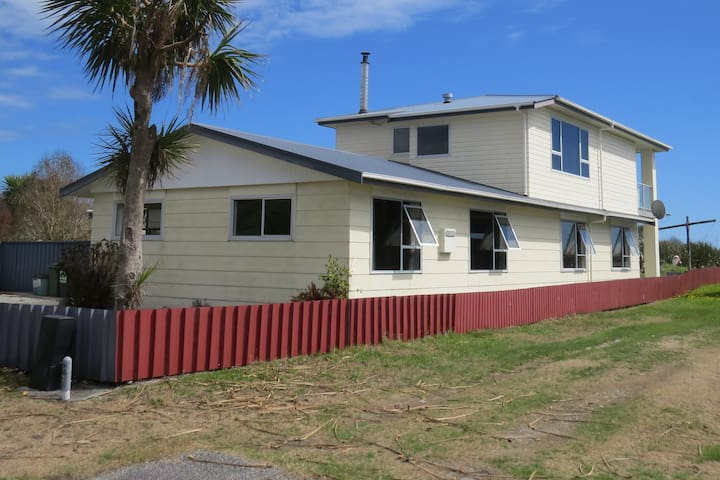 Spacious 3 bedroom house 100m from beach.