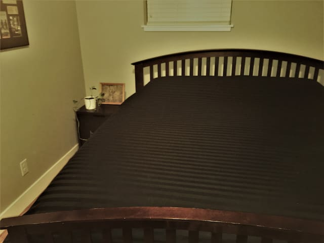 Private Room-Comfy King Bed-Smart TV *Great Patio