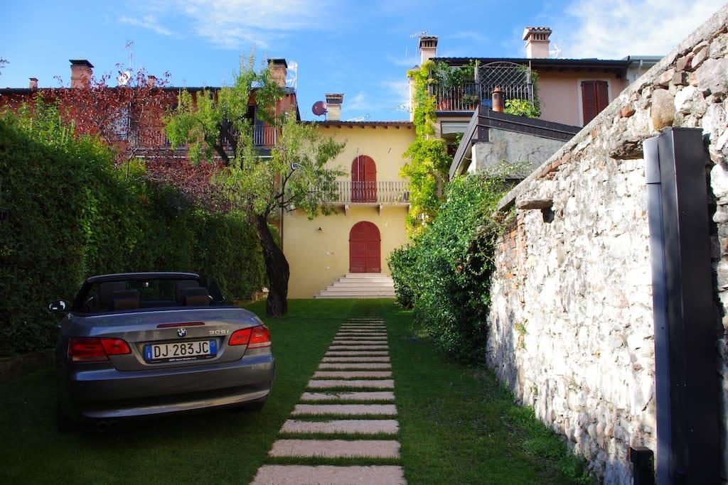 Giardino con posto auto (private garden with parking space)