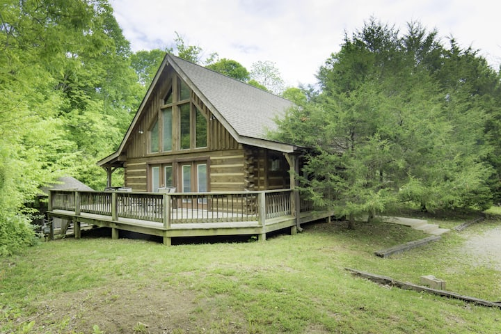 Lovely Log Home with Hot Tub for your Winter Retreat!
