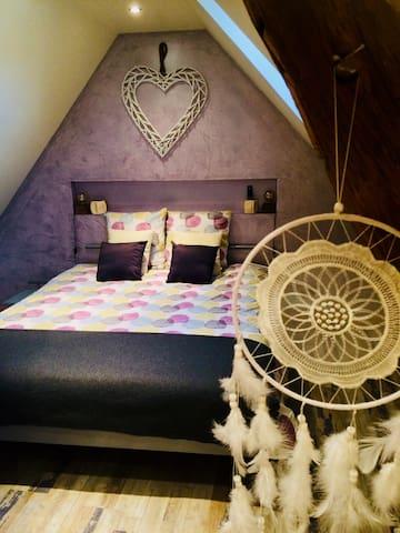 Chambre parentale avec télévision et lit queen size