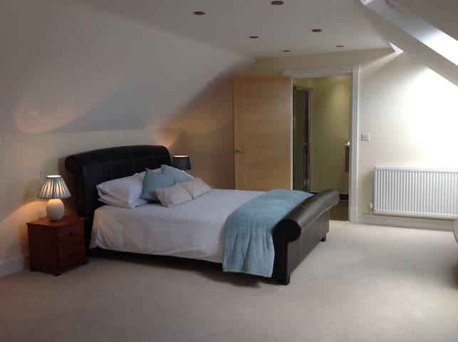CKing's - Very spacious room with ensuite & TV - Cwmbran - Huis