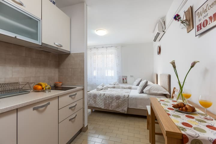 Studio Apartment VELI VAROS in old town