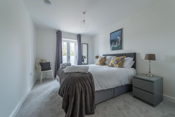 Elegant Central Henley Apartment
