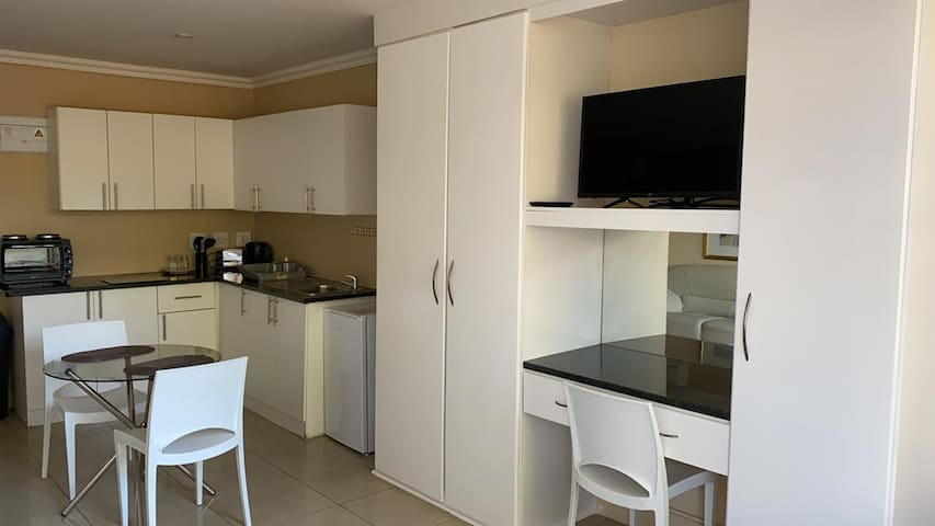 Sandton Apartment (117) -4.6KMS from Sandton City