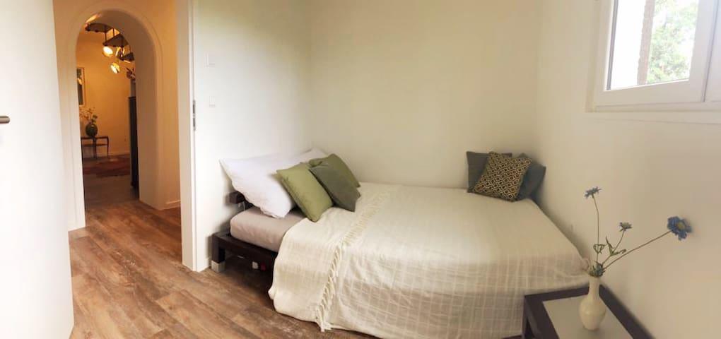Schlafzimmer 2 mit 1, 40 m Bett, Einzelzimmer - Bedroom 2 with 1,40m bed, single room, (Panorama)