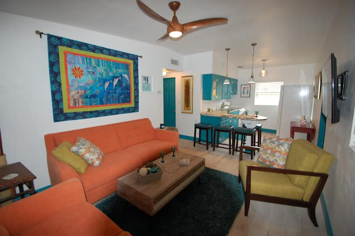 Uptown Cottage: Walk to the Beach and Restaurants