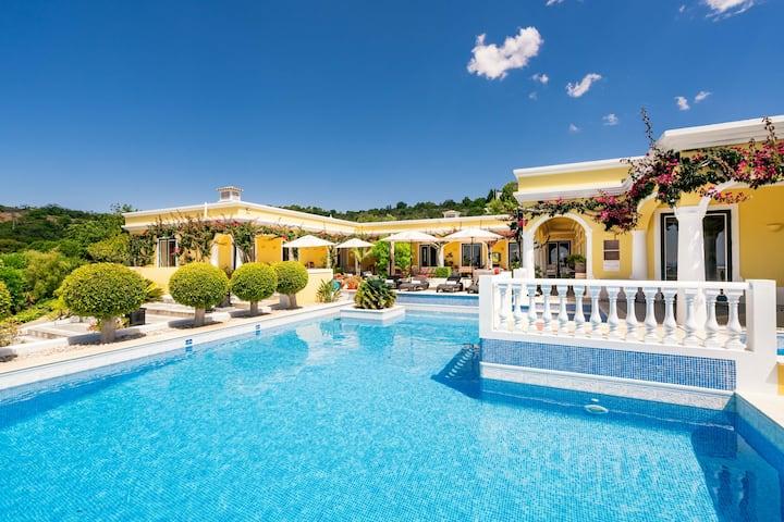Een rustige villa met zeezicht