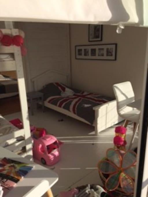 Les 3 lits simples du dortoir