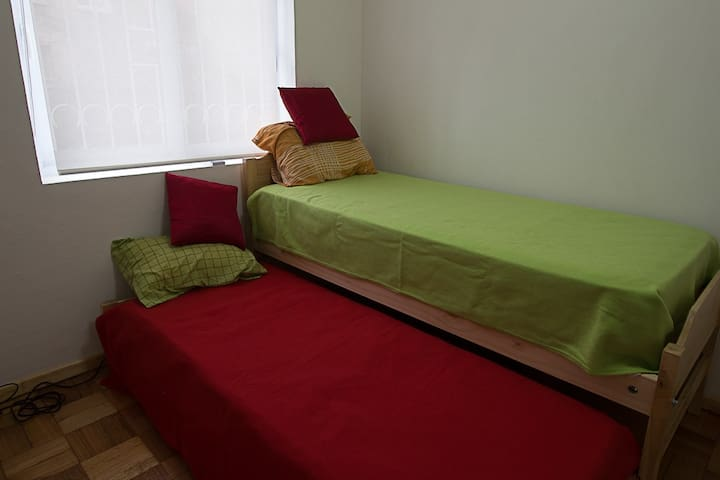 Cama simple con cama auxiliar