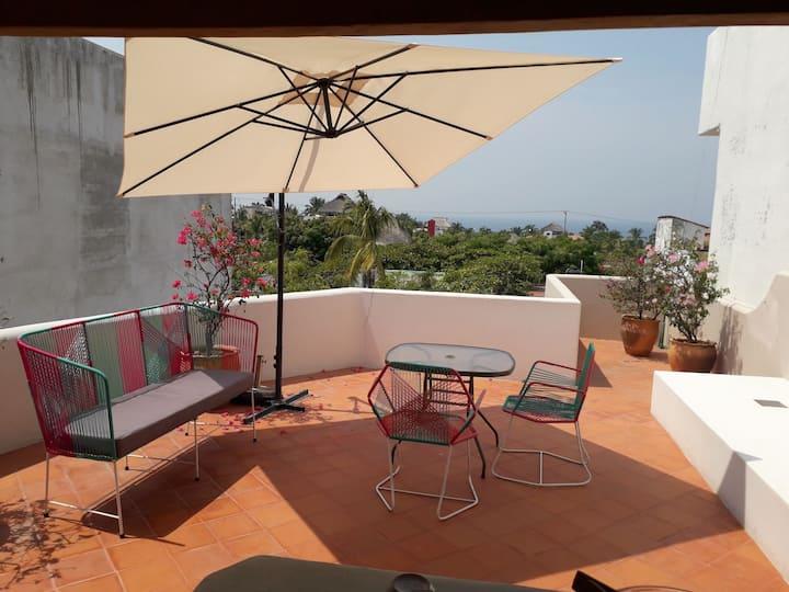 Penthouse con romántica terraza y vista al mar.