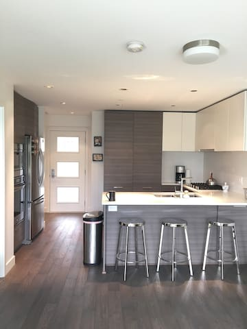 New modern  1 bd  with parking - Vancouver - Appartement