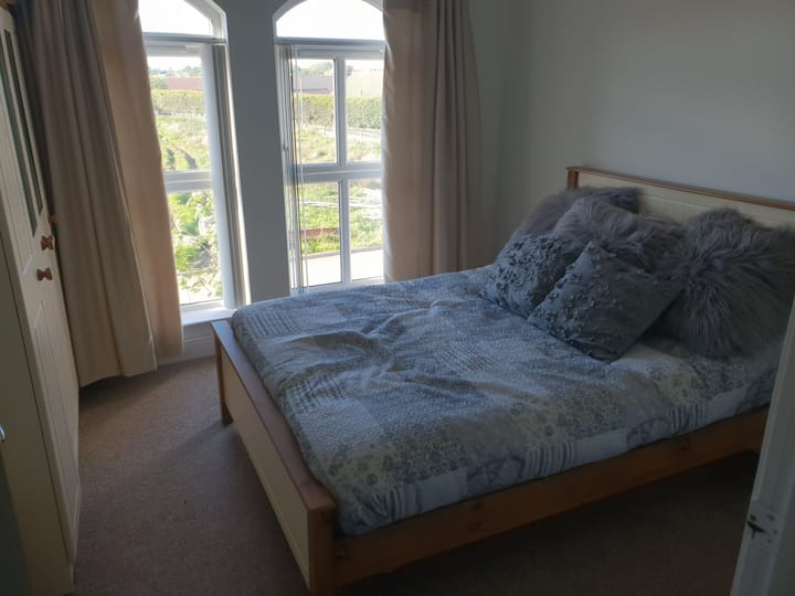 Double room with private bathroom, Close to Coast!