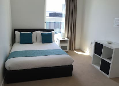 Double bedroom with private bathroom - London - Apartment
