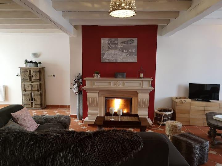 Maison de Lilly:4 chambres/cour arborée,cheminée
