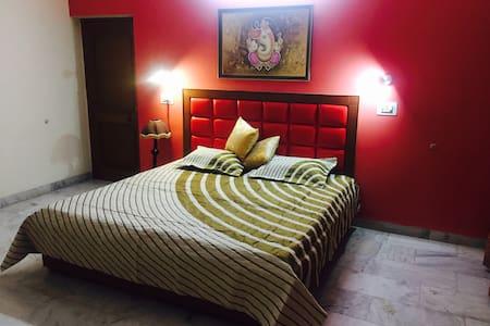 AC Deluxe Room & shared living& kit near IT Park.