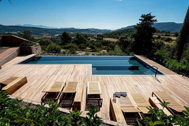 Stunning Luxury Masia facing Montserrat