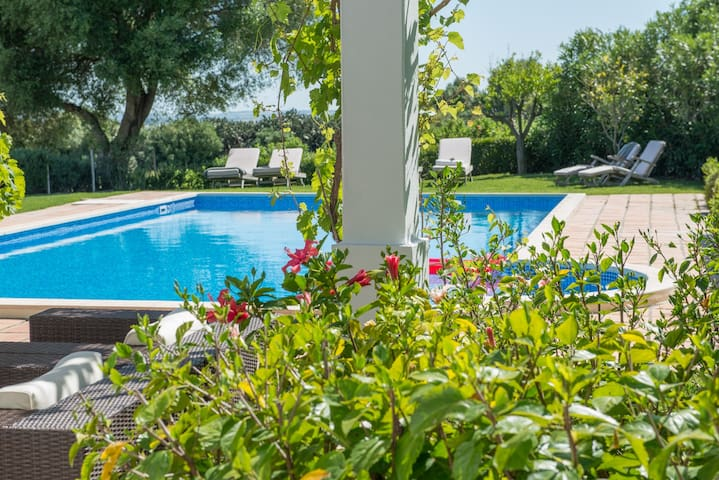 Oleandro-Ideal for families. Pool and garden