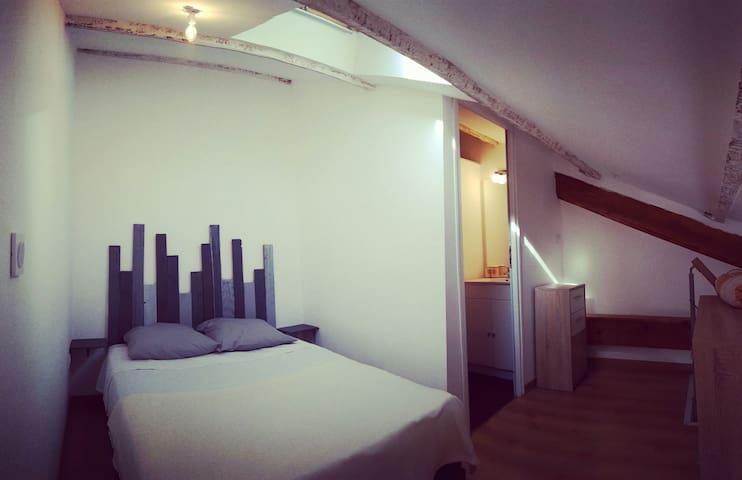 En mezzanine, chambre avec lit 2 places 140x190 et SDB avec douche italienne.
