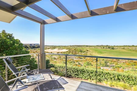 Executive Home Overlooking the 18th Fairway - Magenta