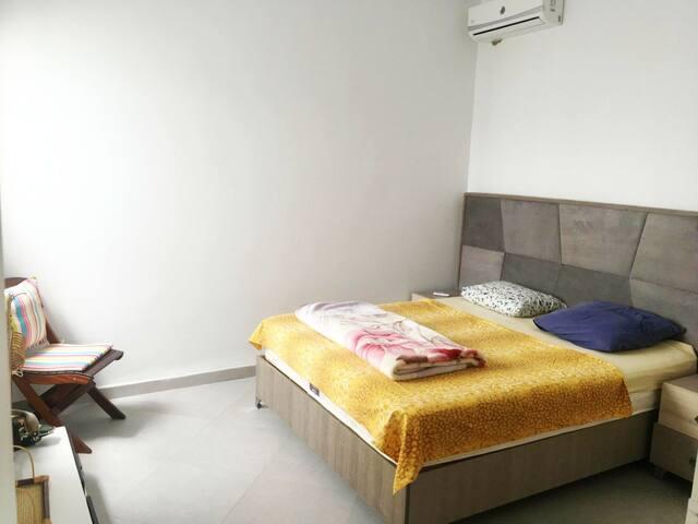 Grande chambre de 20m2, avec un lit double, et un grand placard avec le necéssaire