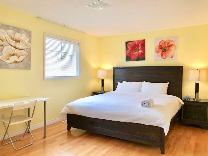 Convenient&private master bedroom in Richmond Hill