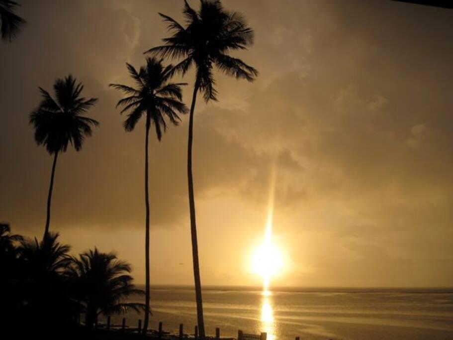 O sol nascendo atrás de Salvador. Vale à pena acordar cedo e aproveitar cada momento da sua estadia.