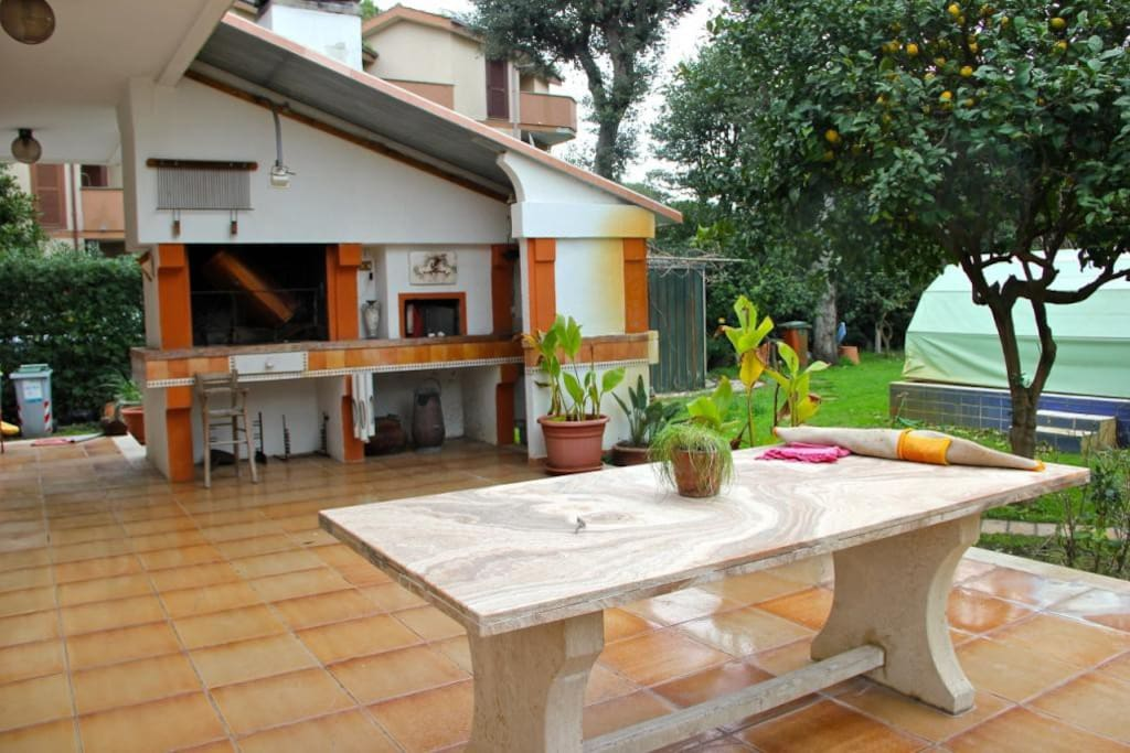 veranda con BBQ e forno a legna  verandah with BBQ and woodfired clay oven