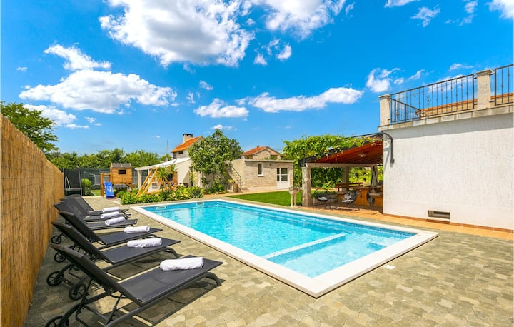 Stunning home in Donji Prolozac with Outdoor swimming pool, Outdoor swimming pool and 6 Bedrooms