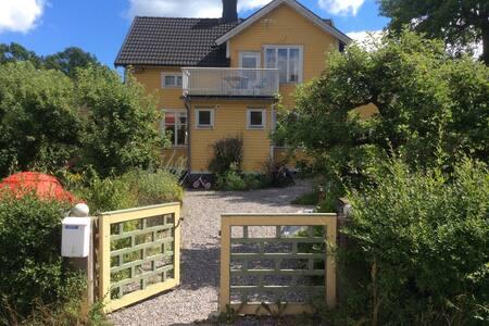 Charmigt gårdshus i Bullerbymiljö