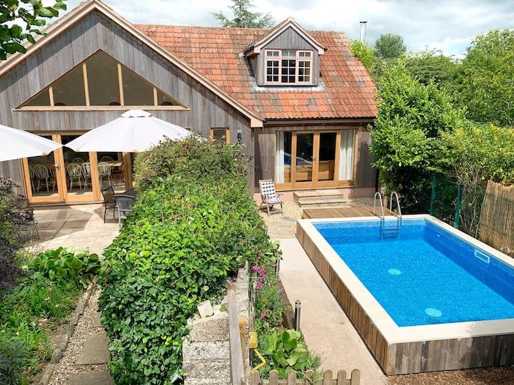 Fantastic house with pool, hot tub, sauna, games