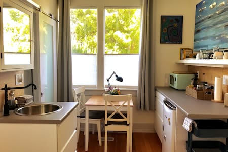 Charming Private Room and Bath close to hospital