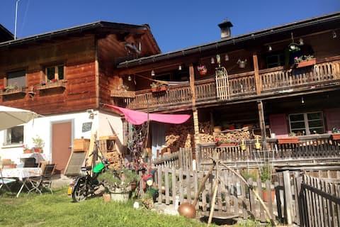 Ruhe-Oase oberhalb eines kleinen Bergdorfes