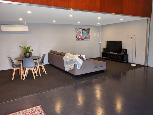 Unique Warehouse Apartment 4 Mins from Airport