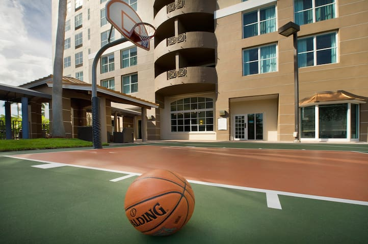 Equipped King Suite with Pool + Basketball Court Access | Free Airport Shuttle