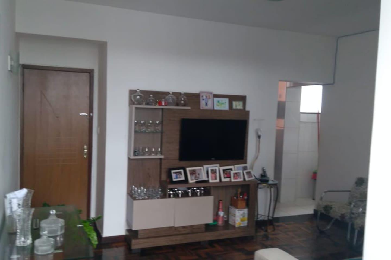Sala ampla, ventilada, com televisão e um ótimo espaço para desfrutar de uma alimentação saudável com sua família e/ou amigos.