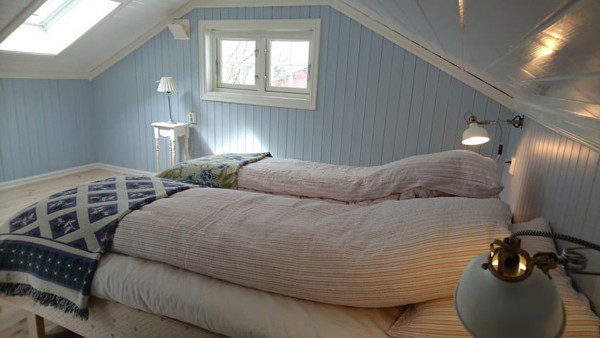 Soverom med dobbelseng og utsikt til Tønsberg.
