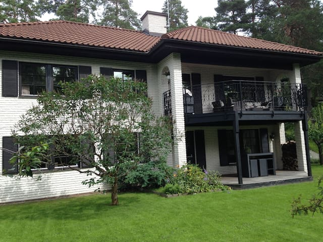 Ground floor in villa. 30 min. to STHLM - Rönninge - Huis
