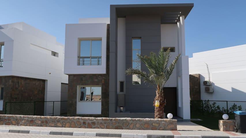 Villa 25: Frontansicht vom eigenen Parkplatz