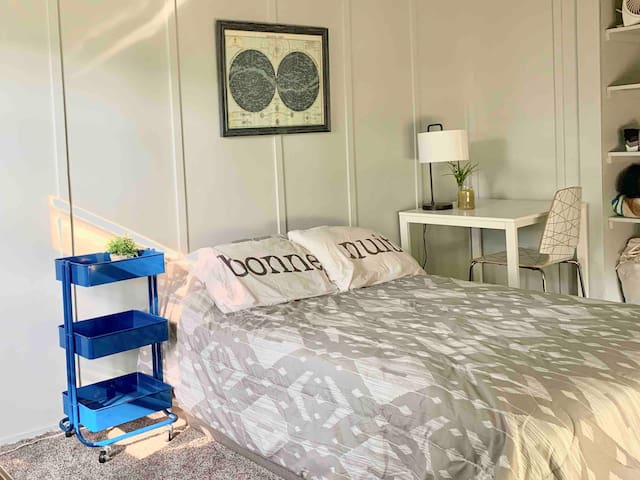 Private and cozy room in Historic Bay City