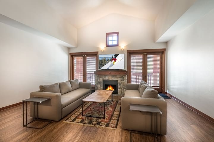 Squaw Village ski-in/out 2BD/2BA Modern Top Floor