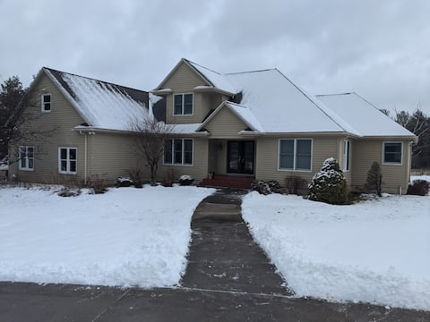 3-br house in Manlius w/fast Wi-Fi (dogs ok)