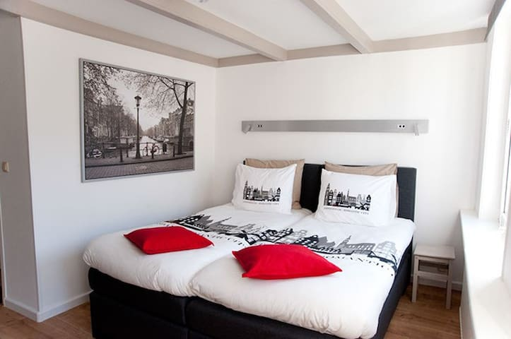 Top location on Famous Flowermarket in Canal House - Ámsterdam - Bed & Breakfast
