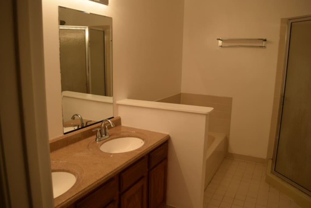Master Bath w/tub and shower