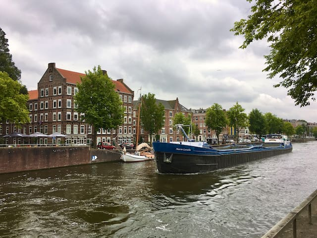 Cosy center apartment with canal view and garden