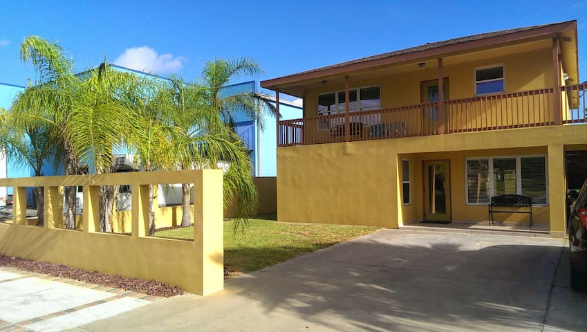 Beautiful duplex near shopping restaurants & beach