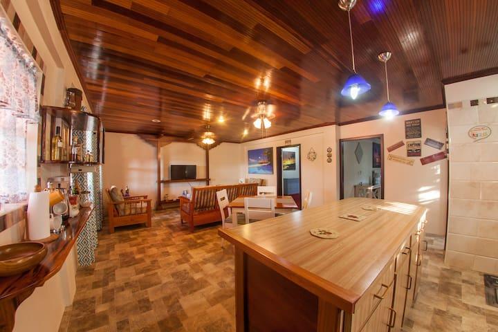 Hummingbird Home Suites- The Captain's Suite (3-A)